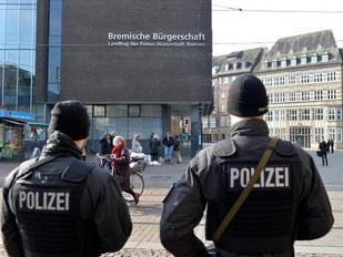 Polizisten patrouillieren in der Bremer Innenstadt. Foto: Carmen Jaspersen