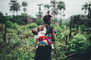 Das Tragen von Neugeborenen und Säuglingen ist aus Hebammensicht empfehlenswert.