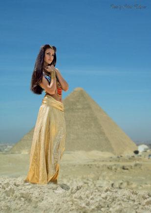 Портрет девушки в образе Египетской царицы на фоне пирамиды