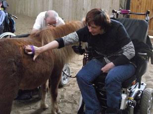 Véronique pendant une séance de thérapie avec le cheval