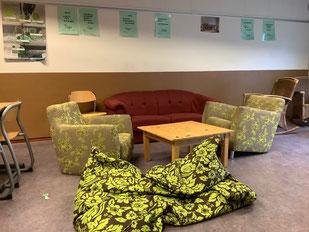 Ein Unterrichtsraum der anderen Art: Sofa, Sessel und Kissen verändern nicht nur die Atmosphäre, sondern auch die Kommunikation. Foto: Ulrichs