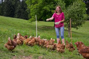 Irene beim Füttern der Hühner