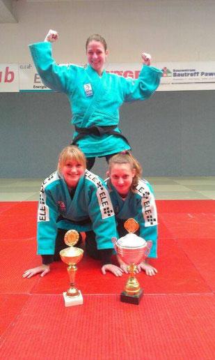 Drei der vier Medaillengewinnerinnen. Oben Lena Wikes, Gold -52kg, unten links Sina Felske, Gold -57kg, unten rechts Saskia Wüst, Bronze -57kg. Es fehlt Hannah Karrasch, Bronze -52kg.