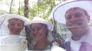 Besuch am Bienenstand mit Schleier