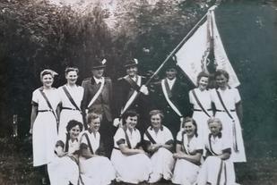 Fahnenbegleitung Juni 1954 (Foto: Verein)