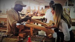 Cathrin Hennicke besucht Manufaktur in Kenia, Handarbeit an einem Möbelstück