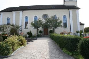 Kirche, Eingangsportal, Baum, Hecke