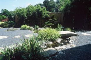 Steingarten, asiatisch, Bachlauf, Kies, Trittplatten, Bambus, Formgehölz