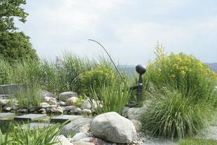 Skulptur, Trittplatten, Schwimmteich, Wasser im Garten, Ziergräser