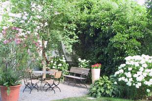 Funkien, Hosta, Oleander, Kiesplatz, Sitzbank im Garten