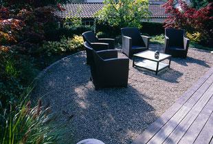 Loungemöbel, Kies im Garten, Holzdeck,