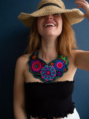 Schmuck aus Mexiko, Halskette Stoff, Blumen, Stickerei, mexikanischer Statement Halskette, bunt, farbenfroh, pink, türkis, boho, ethno, folklor, gipsy, hippie