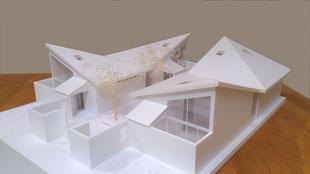 共有(シェア)空間が充実したリンクハウスを白のスタディ模型で説明しました。