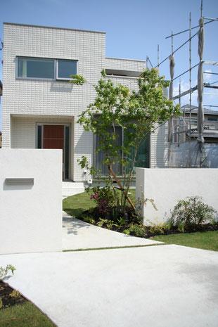 駐車場から庭へ続いていくライン
