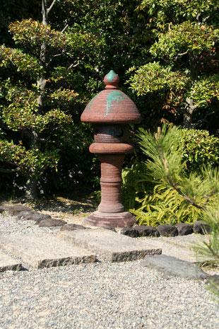 陶器の灯籠 緑色の釉薬がアクセント
