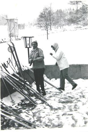 Gisela Teichmann und Ilse Rümmler an der Eingangsterasse zur Gaststätte mit Blick zum Bommelhauck - Archiv W.Malek
