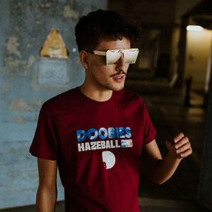 Ein Mann trägt ein rotes T-Shirt mit dem Print Doobies Hazeball