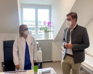 Gespräch zwischen Politikern und Ärztin des medizinischen Versorgungszentrums (MVZ) in München