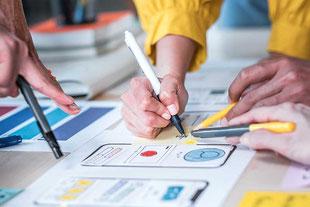 Korrekturen an einer Website werden mit Kunden besprochen und notiert.