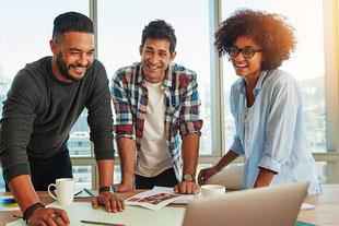 Medienberater besprechen mit einem Kunden die Stategie für ein digitales Marketing.