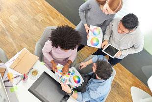 Agenturteam und Kunden besprechen die Gestaltung der Website des Kunden.