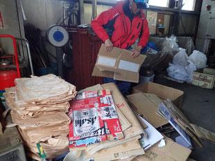 弁別したゴミは、処理棟に運ぶ。種類ごとに重量を量って、終了。