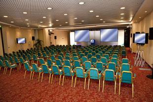 Festinstallation mit Leinwänden im Konferenzraum eines Hotels durch Joel3, Veranstaltungstechnik Allgäu