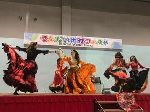 世界の民族舞踊など、楽しいステージ発表も。
