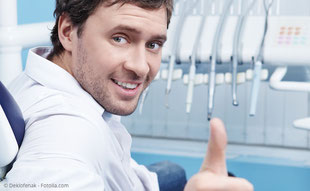 Regelmäßige professionelle Zahnreinigung hilft gegen Mundgeruch und gibt frischen Atem.