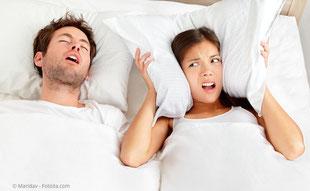Schnarchen stört nicht nur den Partner. Es kann auch gesundheitsschädlich sein.