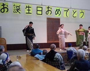 施設の舞台で踊らせていただいている写真です。ひろピーとフーちゃんに声援をくださってありがとうございます。