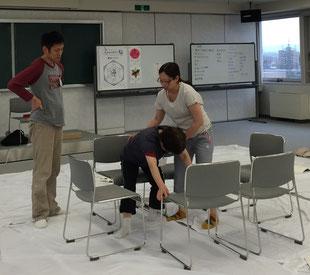 お風呂場を椅子で作り動きの問題と解決策について分析中。