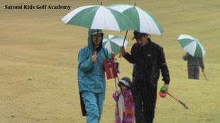 雨でもパパ・ママとニコニコしてプレーしていたね!