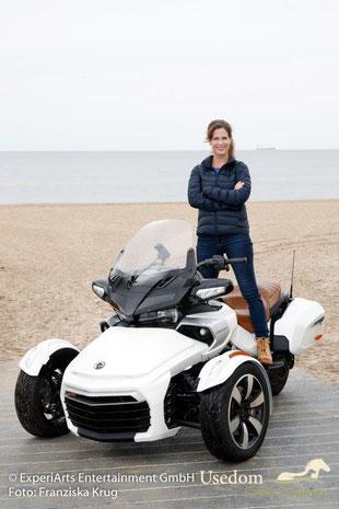 Schauspielerin Ursula Buschhorn auf einem Spyder von Can Am, vor der Ostsee als Kulisse.    Foto: Franziska Krug