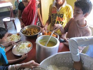 Essensausgabe - natürlich helfen die Kinder