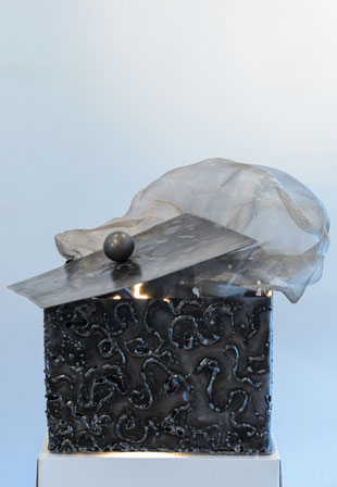 boite en acier verni travaillé à la soudure à l'arc avec dessins à l'électrode, couvercle avec boule acier verni  soudé sur la boite et voile d'inox sortant de la boite