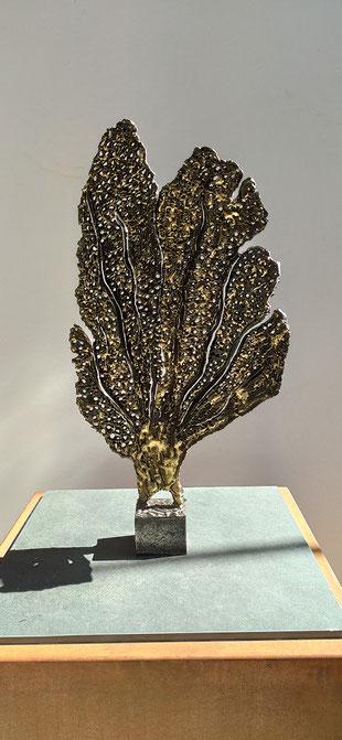 sculpture d'extérieur - feuillage marin en acier brillant et laiton
