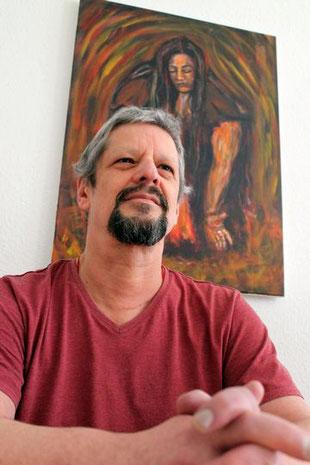 """Foto des Malers Willi Buesing vor seinem Kunstwerk """"Feuer des Lebensr"""""""