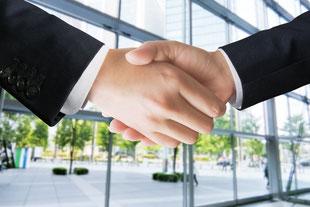 信頼関係を結んだ握手の画像