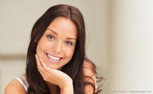 Strahlend schöne Zähne mit Bleaching (Zahnaufhellung), Veneers (Verblendschalen) und weißen Füllungen aus Keramik oder Komposit