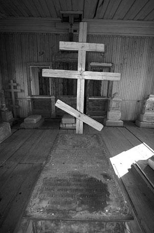 Надгробная плита и крест Акепсиму Михайловичу Кушнарёву. Фото Алексея Зуева