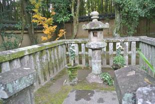 細川ガラシャ夫人墓に見立てた灯篭