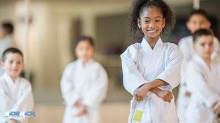 Mädchen bei Karate in Friedrichshafen