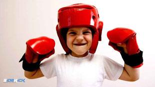 Kind bei Kickboxen in Meckenbeuren