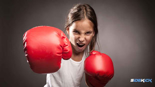 starkes Mädchen macht Kickboxen in Lindau