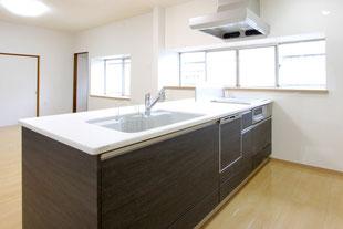 スクエアタイプのI型キッチンで開放的なLDKへ【福岡市東区 K様邸】