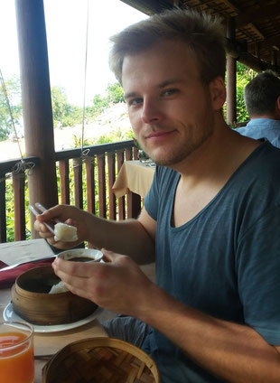Daniel beim Schlemmen auf der Insel Phu Quoc - Vietnam - Kokoswasser gab es hier jeden Tag frisch von der Palme!