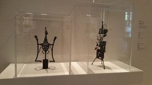 Sierlijk smeedwerk van Ferdi Jansen, met insect  Twee aparte sculptuurtjesachtige patronen.