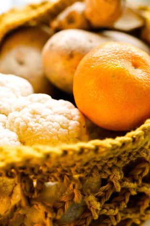 Unverpacktes Obst und Gemüse in handgemachten Beutel