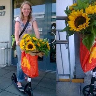 Hilia 2013 - mit Roller und Sonnenblumen unterwegs